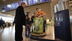 Сколько стоит в аэропорту обернуть чемодан пленкой